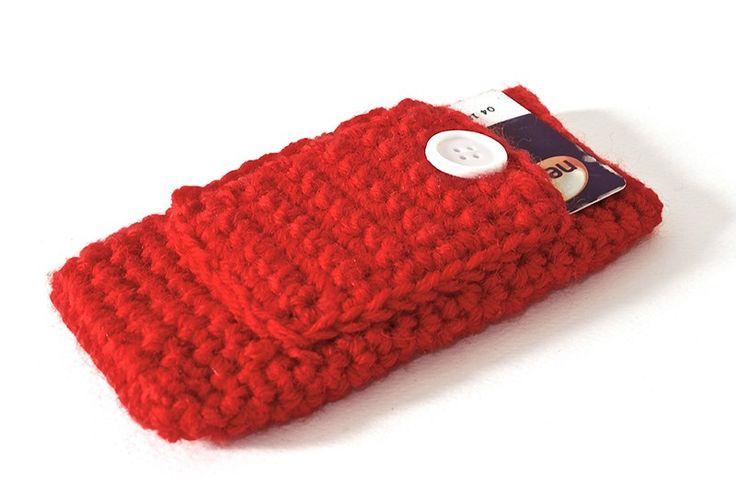 Custodia per smartphone IPhone 5/5S con taschina esterna porta tessere. In lana rossa lavorata ad uncinetto.