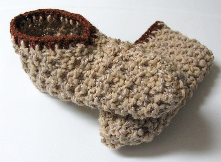 Voici un modèle qui combine les points de base au tricot : la maille endroit et la maille à l'envers. Le résultat, des pantoufles gaufrées et super confortables ! Je les ai tricotées avec 2 f…