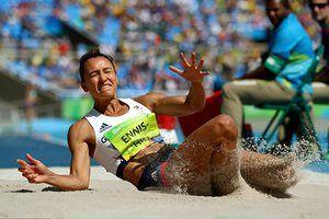 Джессика Эннис-Хилл записывает 6.34 м после трех прыжков.