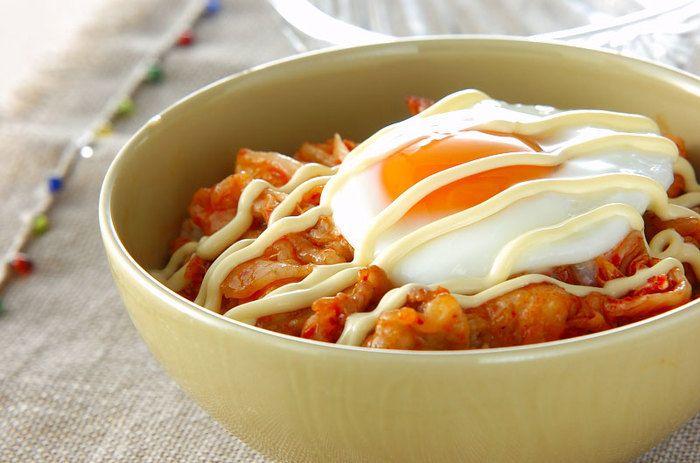豚肉とキムチを炒め合わせ、目玉焼きをのせたスタミナ丼。食べたそばから元気になれそう!マヨネーズで酸味をプラスして。