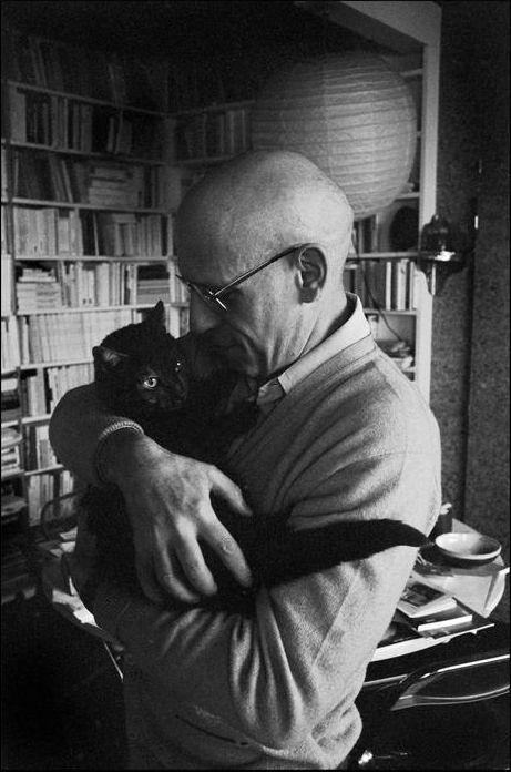 Michel Foucault, su gato y la locura . Filósofo francés , historiador de las ideas , teórico social , crítico literario y amante de los gatos .