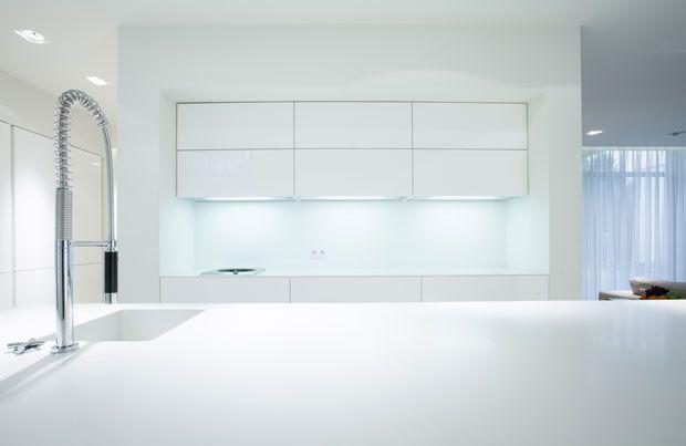 Wit is een kleur in de keuken die overal bij past en met alles gecombineerd kan worden, wit past bij modern, rustiek en romantisch, en met leuke verlichting en kleine details kan er wat kleur aan de keuken gegeven worden. De witte keuken is erg veelzijdig en zal een blikvanger in je huis zijn en een plek om je thuis te voelen.
