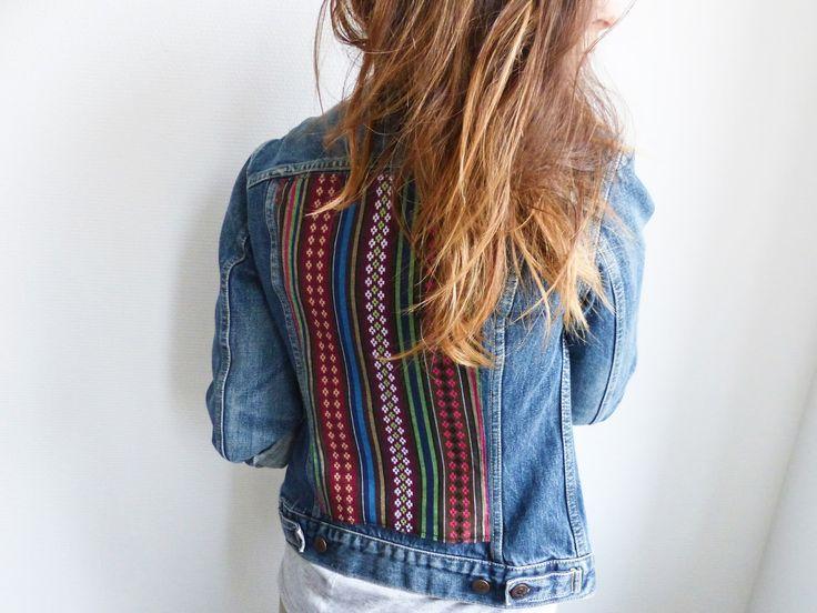 La veste en jean, le classique de notre garde robe dont on a du mal à se passer. On l'aime simple ou plus extravagante, en jean brut ou délavé, version boyfriend ou bien cintrée. J'ai eu envie d'en faire une à ma manière. Après avoir chiné la veste en jean de mes rêves et mis la main sur le tissu qu'il me fallait, je me suis lancée dans la customisation de ma veste en jean avec empiècement tissu aztèque. DIY : Veste en jean customisée avec tissu aztèque
