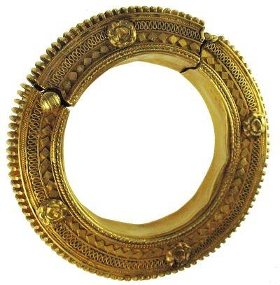 22K gold Persian ancient bracelet 500 BC Kleur: goud materiaal: goud vorm: rond, stekelig, donut vorm mentaal: kostbaar, romantisch