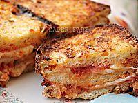 Le melanzane al forno con patate nascondono tra le fette ingredienti che durante la cottura si fondono e le arricchiscono di tanto gusto.