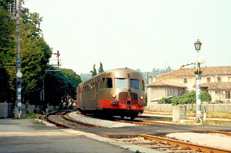 ALn 772 3383 a Montebelluna (TV) alla fine degli anni '70 in doppia composizione con un'altra unità in testa ad un diretto proveniente da Calalzo con destinazione Padova - (Foto: Riccardo Genova)