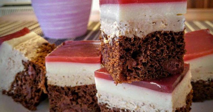 Mennyei Meggyes-tejszínes gesztenye kocka recept! Kakaós-meggyes piskóta, gesztenye masszás krém, és egy tejszínízű krém réteg. Ez mind egy sütiben. Kell ennél több? 😃