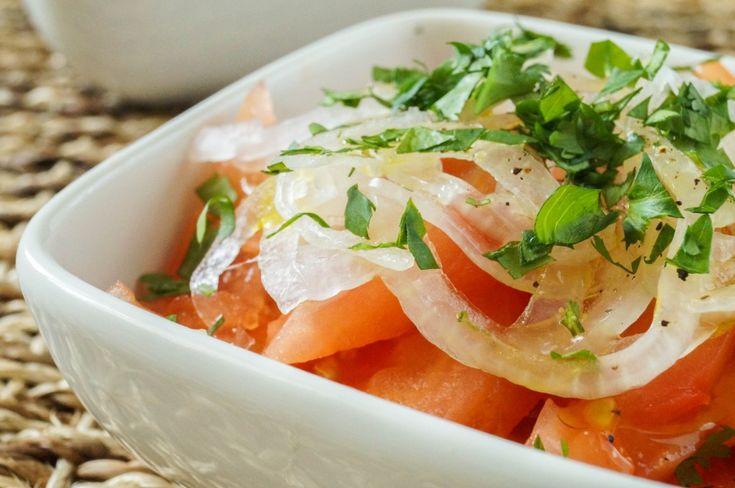 Toevoegen aan mijn receptenDezeenselada Chilena is een heerlijke, Chileense salade. Met dit recept maak je in een handomdraai een frisse salade die heerlijk is bij veel verschillende hoofdgerechten.