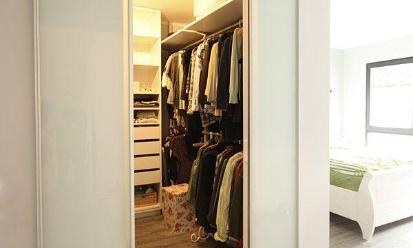 09 Begehbarer Kleiderschrank mit raumhohen Schiebetüren
