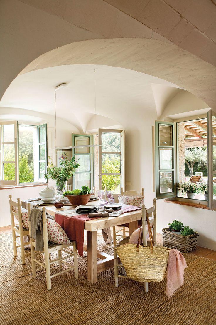 Comedor de campo con techo abovedado con mesa de madera y sillas_00386981