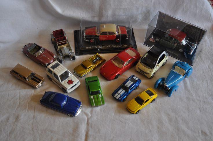 I 2 modellini di taxi in scala 1:43 sono in ottime condizioni. La Simca è posta in una teca rigida. La Holden, invece, è all'interno di una teca carto-plasticatamai aperta.  5 modellini Hotwhells in buone condizioni 2009 - 2010  Il modellino blu è Disney pixar  I restanti 6 modellinisono di varie Marche: Burago, Matchbox, Brumm, Maisto  Condizioni da medie a buone; piccoli e semplici ritocchini da fare ma nel complesso sono in buono stato.  scala 1:33 - 1:43 -