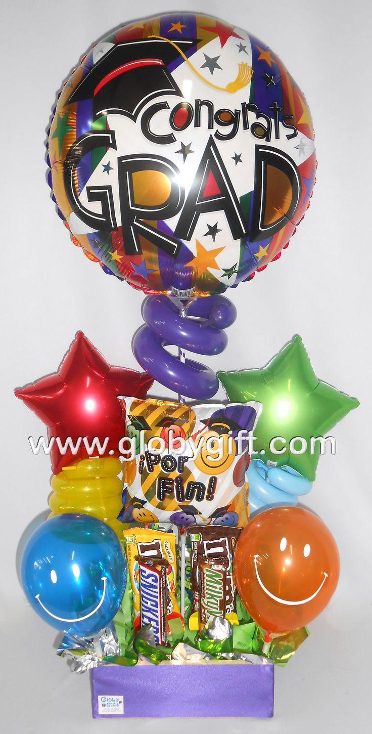 Para festejar ese gran logro, arreglo con globos de graduación y chocolates.