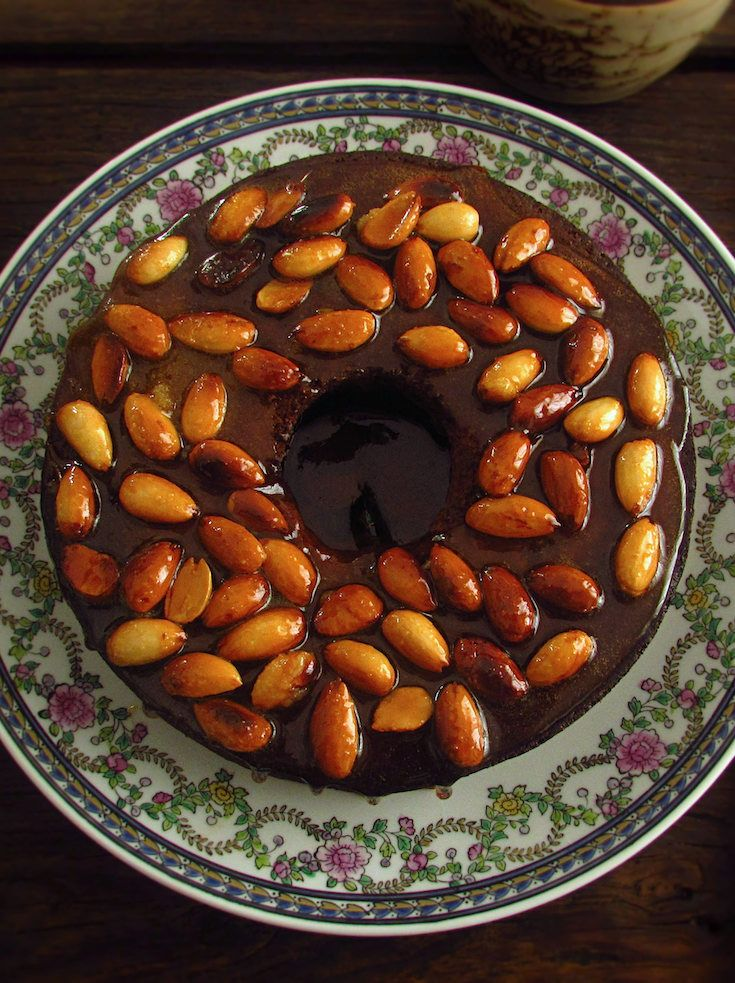 Banana cake topped with caramelized almond | Food From Portugal. Want to impress your friends with a simple recipe? This recipe is the solution, delicious banana cake topped with caramelized almond. Your friends will love it! Bon appetit!!!