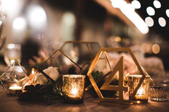 Questi numeri di tavolo esagonale in legno o dipinte o glitterato nei colori di scelta sono una scelta unica per il vostro matrimonio tavolo centrotavola arredamento. Questi numeri di tabella sono taglio su ordinazione in bellissimo legno con uno stile trovato esclusivamente nel nostro negozio di precisione. Basi per tenerli sono inclusi come nella foto. Aggiungere un po di romanticismo al vostro matrimonio con questi laser unico taglio esagonale a forma di numeri di tavola di stile…