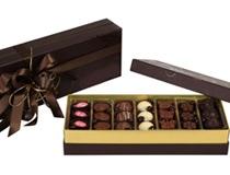 Özelı baskılı, lak desenli, karısık spesiyal çikolatalar ile hazırlanan ,saten kahverengi kurdele ile baglanarak boton kutu içerisine dizilmektedir.