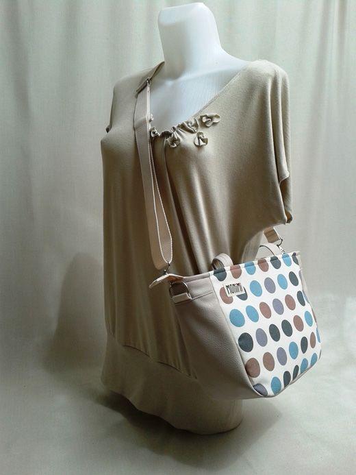 A #pöttyös mindig feltűnő viselet! City-bag női #táska. Kulcstartó karabiner is van benne, így a kulcsod mindig kéznél van!