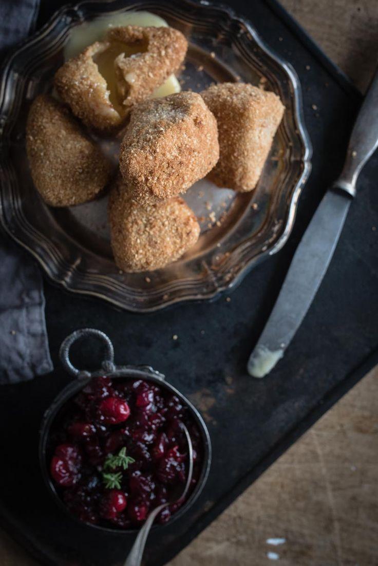 trickytine: gebackener Camembert in Haselnuss-Semmelbrösel-Panade frittiert (mit cranberry chutney) - snacks, buffet, finger food
