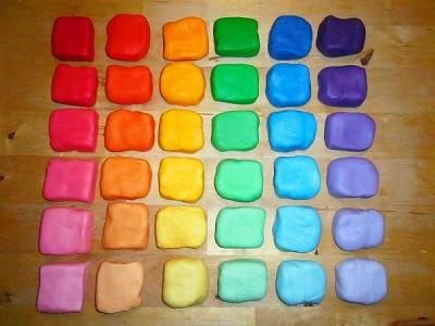 Mooi rolfondant met gelatine in prachtige regenboog kleuren, en 6 tinten van donker naar licht.  Hoe je dat doet kun je hier lezen en zien: http://heerlijke-recepten.blogspot.nl/2013/02/rolfondant-in-regenboog-kleuren.html