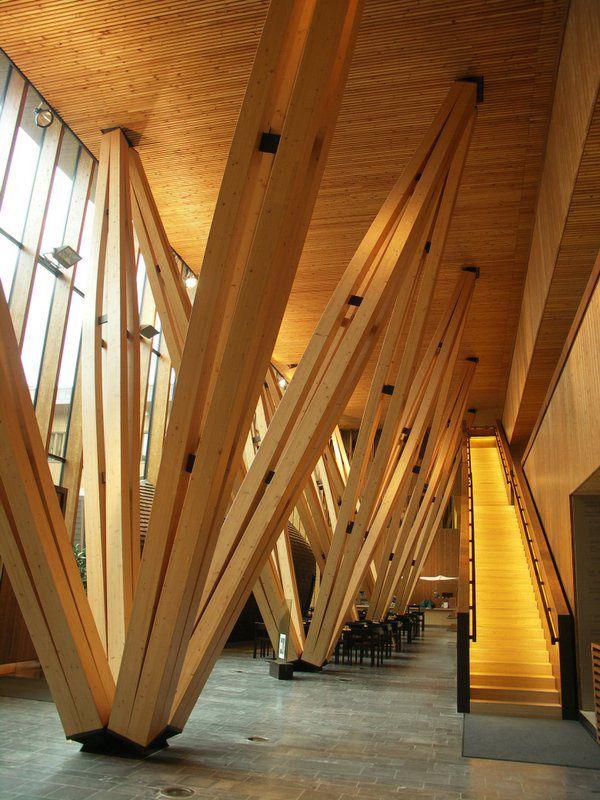 METLA Forest Research Centre / SARC Architects El objetivo principal del proyecto de construcción era usar madera finlandesa de manera innovadora.  Un sistema de columna-viga-losa flexibles fue creado para la construcción de un módulo de 7,2 m. Para la estructura y el desarrollo de la tecnología, de 1,2 m módulos han sido preparados para la conversión flexible. Las columnas, vigas y losas de la caja del marco están hechos de madera laminada de abeto.