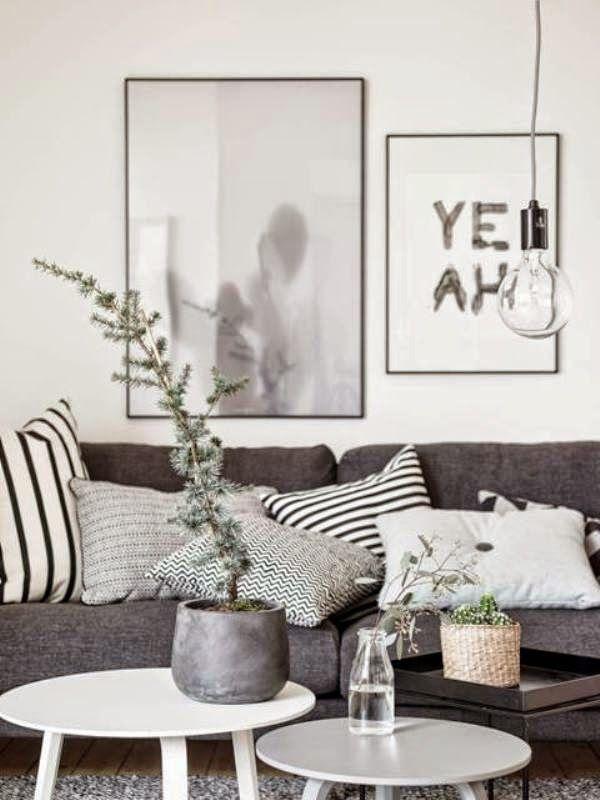 Gemütliches Wohnzimmer mit zwei Couchtischen