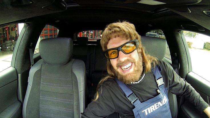 Sebastian Vettel getarnt als wilder Automechaniker: Bevor seine Kunden ihr Auto aus der Werkstatt zurückbekommen, versetzt Sebastian sie mit turbulenten Drifts in Schrecken und hat dabei sichtlich Spaß.