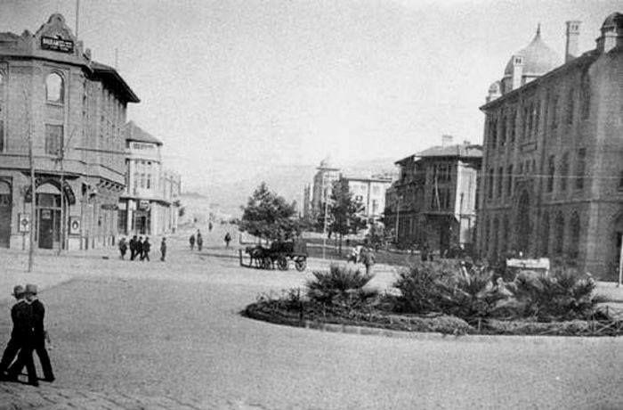 soldaki banka.izmir osmanlı bankası, sagdaki roma bank.