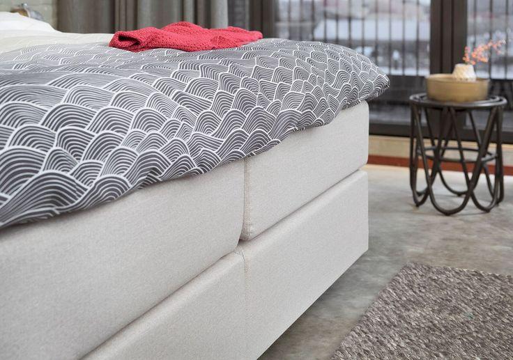 Door het gebruik van natuurlijke materialen en zandtinten, krijgt een landelijke slaapkamer een warme en romantische uitstraling.   Geef de slaapkamer extra karakter door hier beddengoed met een opvallend patroon aan toe te voegen.