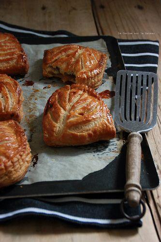 CHAUSSONS AUX POMMES (feuilletage inversé, compte de pommes à la vanille, brunoise de pommes caramélisées)