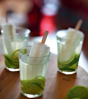 Caipirinha de limão com água de coco e picolé. Que tal um caipisakê com bastante gelo? (Foto: Rogério Voltan)