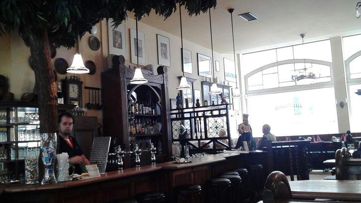 Mittagstisch in Hamburg. Wo Mittag essen. Hier ein Restaurant in der Hamburger Innenstadt, hinter der Europa Passage im Gasthaus an der Alster. Deftig,deutsch, lecker und macht satt. Heute Steckrüben Eintopf und Braten mit Kartoffeln und Meerrettichsauce zur Auswahl. Beides unter 8 Euro.