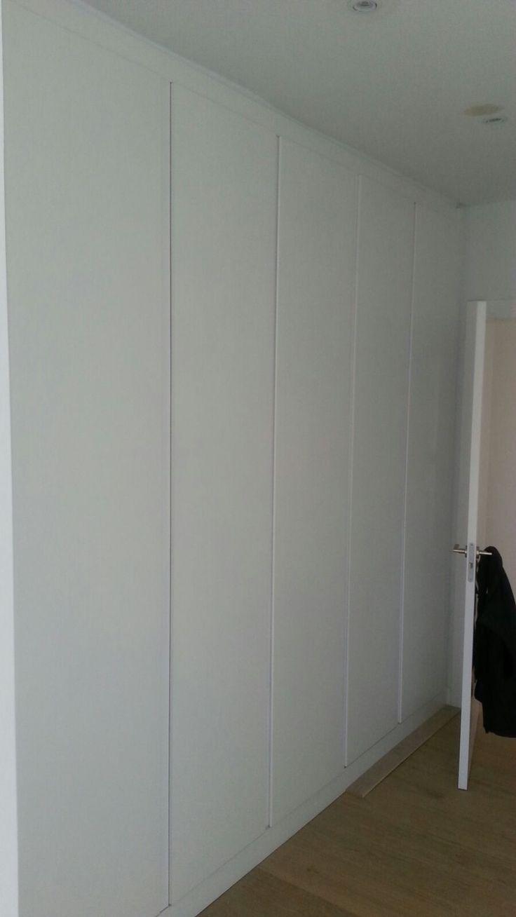 Frente de #armario abatible #lacado en blanco con bisagras ocultas y tirador integrado en puerta. #elegancia #sencillez #distinción