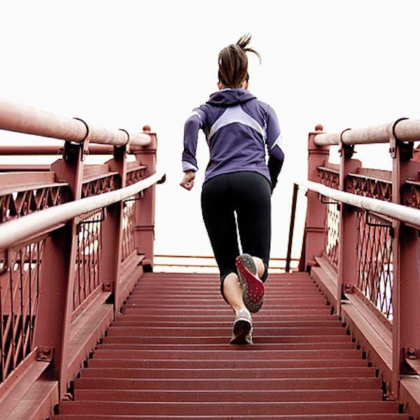 Ejercicios para tonificar los glúteos: Simplemente sube y baja el equivalente a 20 pisos por día (si la escalera tiene 1 piso de longitud o su equivalente aproximado de 25 escalones, entonces subí y baja 20 veces).  Un total de 500  escalones diarios subiendo y bajando. Sugiero es que antes de comenzar con el trabajo diario de la escalera, realices una caminata a paso vivo durante unos 5 minutos, para que tanto tu sistema cardiocirculatorio, como tu aparato locomotor o músculos de las…