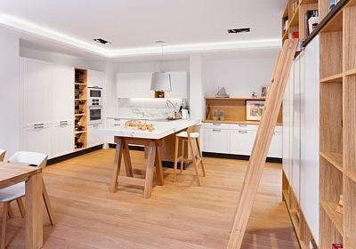 V kuchyni Style má všechno své místo, uspořádání je podřízeno promyšlenému řádu, umocňuje funkčnost prostoru. Hlavní slovo mají přírodní materiály - dýha dubu drásaného efektně vyniká v kombinaci s lakovanými bílými plochami, které interiéru dominují.