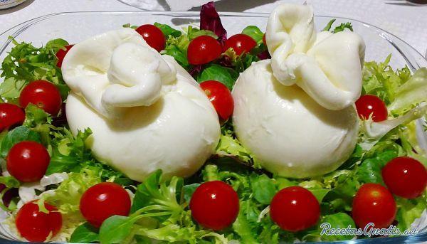 Receta de Auténtica Ensalada con quesos italianos (burrata)