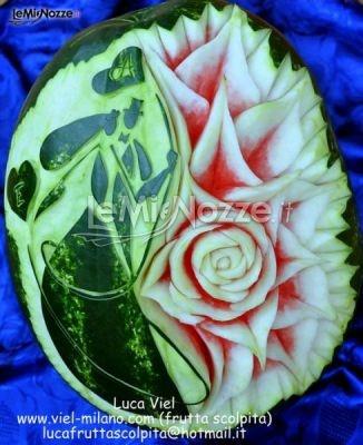 http://www.lemienozze.it/operatori-matrimonio/catering_e_torte_nuziali/decorazioni-di-frutta/media/foto/11  Anguria decorata con disegno di sposi e iniziali per il ricevimento