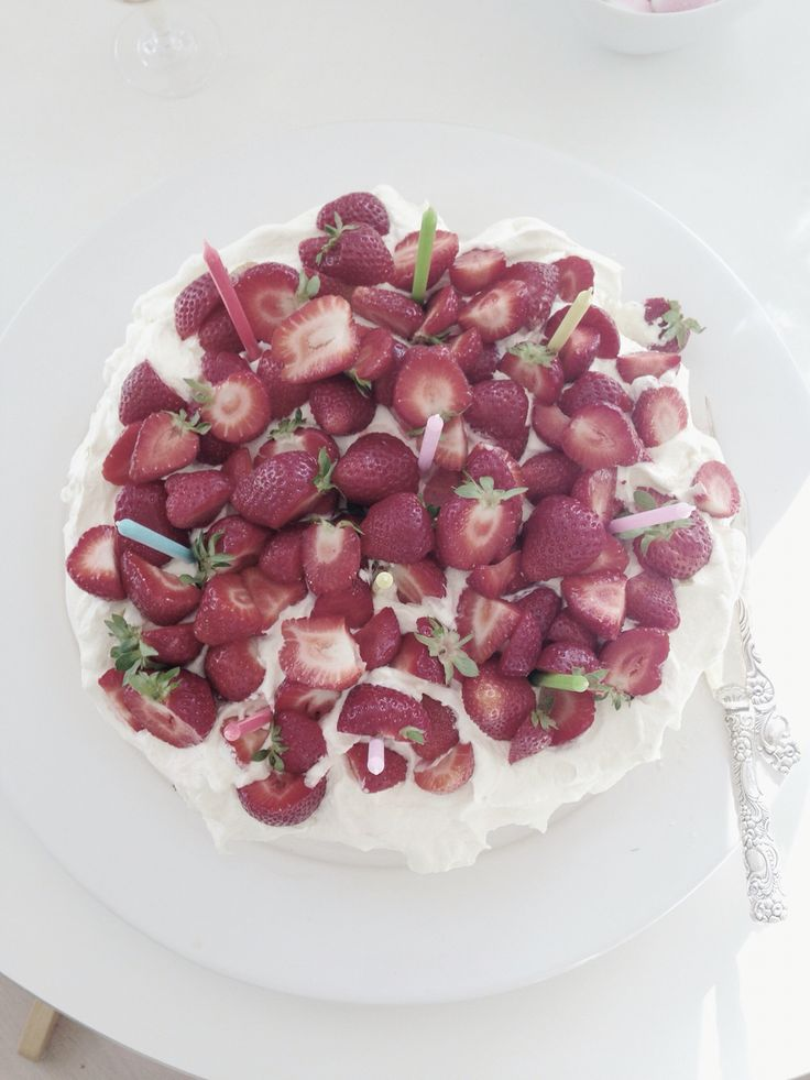 Swedish midsummer cake with meringue and strawberries ♡