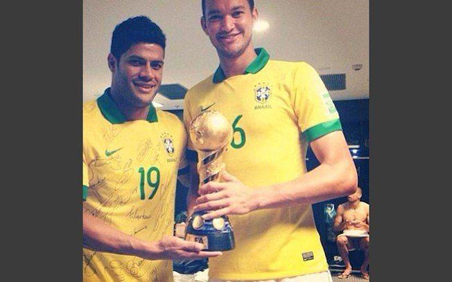 Hulk e Réver quiseram ostentar a taça da Copa das Confederações, em 2013, mas acabaram revelando as partes íntimas do goleiro Diego . Foto: Divulgação / Reprodução