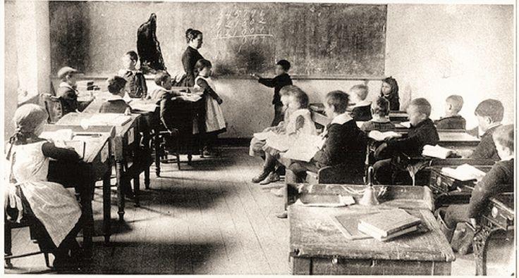 """No dia 15 de outubro de 1827 um Decreto Imperial criou o Ensino Elementar no Brasil: """"todas as cidades, vilas e lugarejos tivessem suas escolas de primeiras letras""""."""