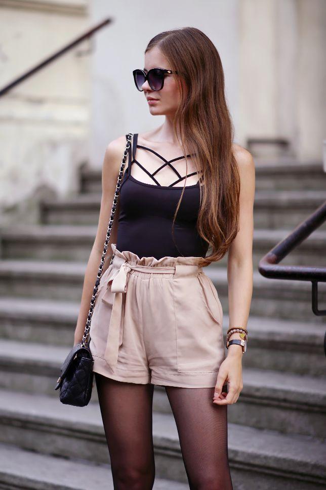 ...help! I have nothing to wear! - kobiecy blog o modzie: Czarny top, beżowe szorty z wysokim stanem i czarne rajstopy ze szwem
