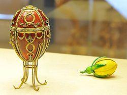 1895 - Uovo del bocciolo di rosa - Materialioro di vari colori, smalto rosso traslucido e bianco opaco, diamanti e velluto. Altezza7,4 cm.
