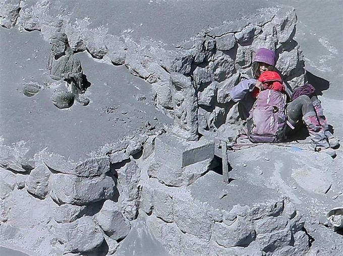 御嶽山噴火『火山灰の中に生存者』のスクープ写真が新聞協会賞 #御嶽山 #写真 #MtOntake #Japan