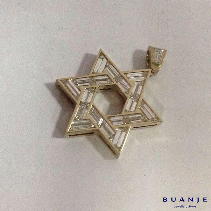 Звезда Давида – вечный символ, который «живет» уже несколько тысячелетий и имеет множество толкований. Но исследователи сходятся в одном: два совершенно одинаковых равносторонних треугольника означают соединение двух начал, двух сил, двух вещей. . Сильный, яркий, значимый и узнаваемый всеми амулет. BUANJE не могли пройти мимо: мы создали свой оберег из желтого золота, использовав в изготовлении бриллианты исключительного качества. . Ищете значимый подарок, который не только красив, но и…