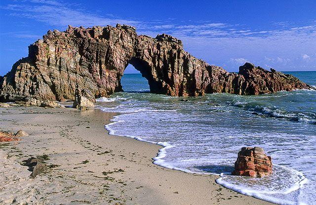 Pedra Furada, Jericoacoara - Brasil, cartão postal da Região Rochosa de Jericoacoara, o monumento que colocou a praia entre as 10 mais belas do mundo é uma grande formação rochosa em forma de arco, esculpida pelas ondas do mar.