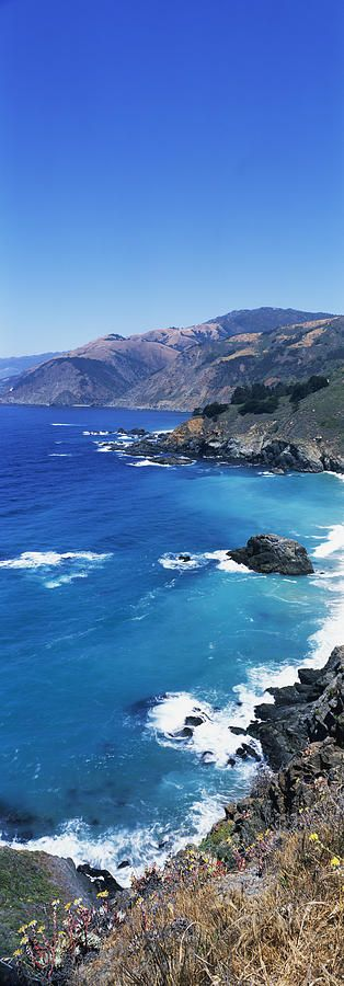 A Vista Panorâmica vertical faz o Big Sur, Califórnia.