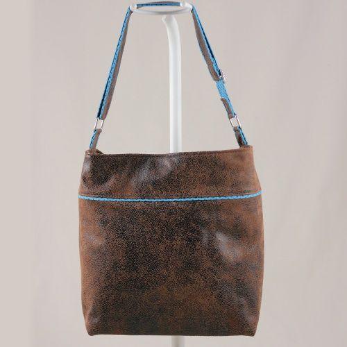 Patron sac Flo. Sac à réaliser en simili cuir. Sa silhouette urbaine est rehaussée de petites touches contrastées sur le corps du sac et la bandoulière.