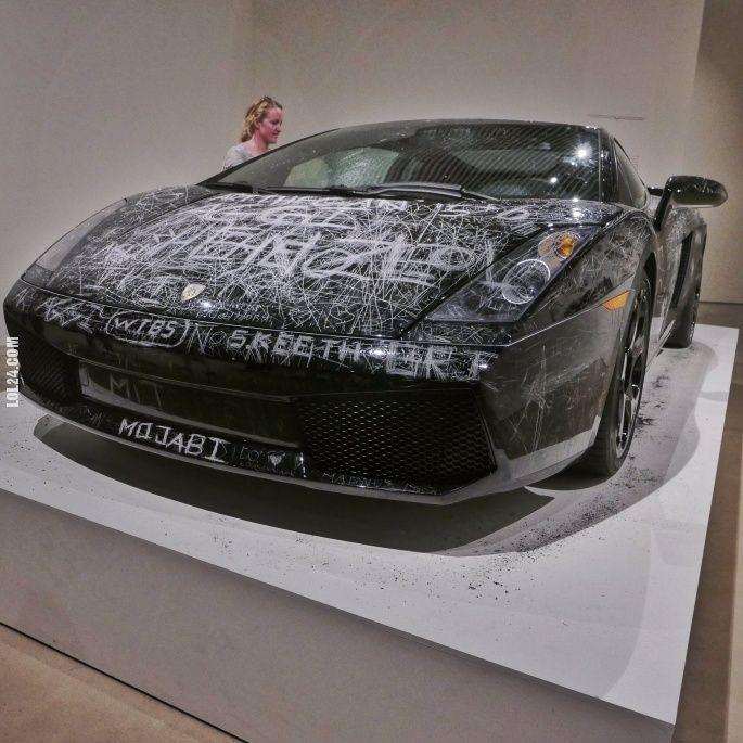 W jednym z muzeów w Danii można podrapać po Lamborghini #Dania #muzeum #drapanie #pisanie #Lamborghini