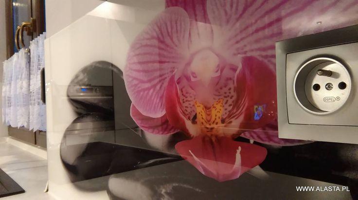 W tej realizacji wykonaliśmy i zamontowaliśmy panele szklane z grafiką, a także obraz szklany. Wykorzystane przez nas szkło odbarwione niesamowicie realistycznie oddaje kolory grafiki.