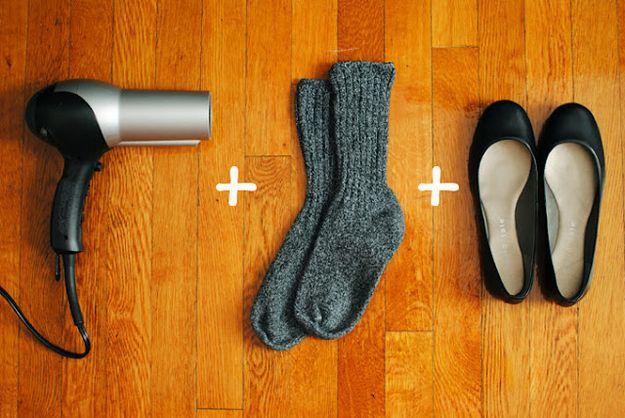 Te krappe schoenen: doe een dik paar sokken aan en trek je schoenen aan. Richt een haardroger op de schoenen, concentreer op de krappere plekken. Wiebel je tenen en voeten rond. Houd de schoenen aan terwijl ze afkoelen. Verwijder de sokken en test de schoenen uit. Indien nog niet voldoende uitgerokken, herhaal het proces.