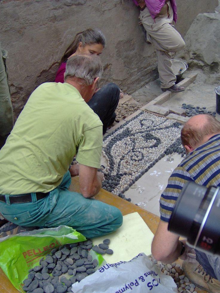 Κατασκευή βοτσαλωτού δαπέδου σε αυλή ιδιωτικής κατοικίας. Construction of pebble floor on courtyard in a private residence.