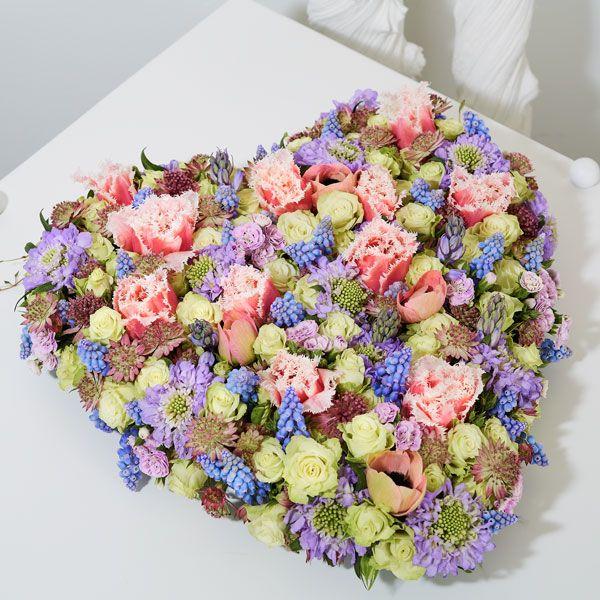 Hart Lief. Rouwstukken, rouwboeketten en troostboeketten worden over het algemeen gestuurd door mensen, die niet tot de directe familie behoren. Door bloemen te sturen betuigt u op een gepaste manier uw medeleven aan de overledene of directe familie. Gemaakt door Afscheid met Bloemen.